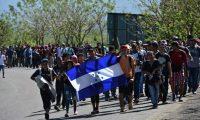 Migrantes hondureños a su paso por Puerto Barrios, Izabal. (Foto Prensa Libre: EFE)