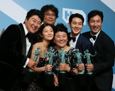 """El elenco de """"The Parasit"""" recibiendo el premio de Mejor Reparto en los SAG celebrados el 19 de enero en Los Ángeles. Foto Prensa Libre: AFP"""