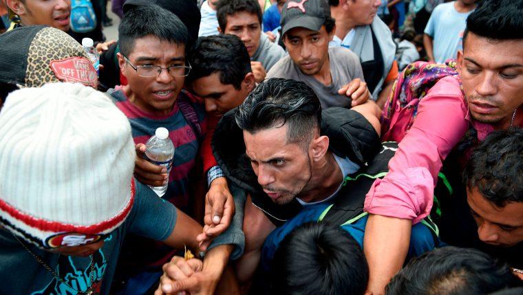 Caravanas de centroamericanos buscaron desde 2018 ingresar en bloque de forma indocumentada a Estados Unidos. (Foto Prensa Libre: Hemeroteca PL)