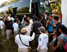 La caravana de migrantes en Tecún Umán pone en riesgo las operaciones del sistema aduanero y de seguridad, aunque por el momento las operaciones se realizan con normalidad, según la SAT. (Foto Prensa Libre: AFP)