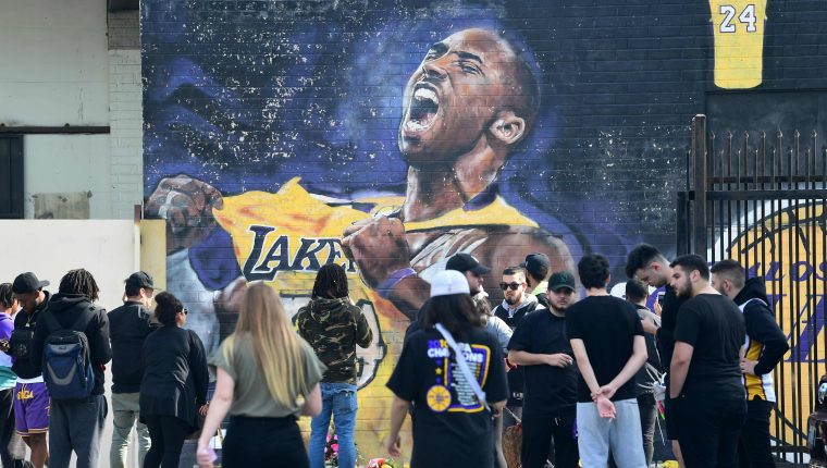 Fanáticos se reúnen para llorar la muerte de la leyenda de la NBA Kobe Bryant en un mural cerca del Staples Center en Los Ángeles, California, un día después del trágico accidente. (Foto Prensa Libre: AFP).