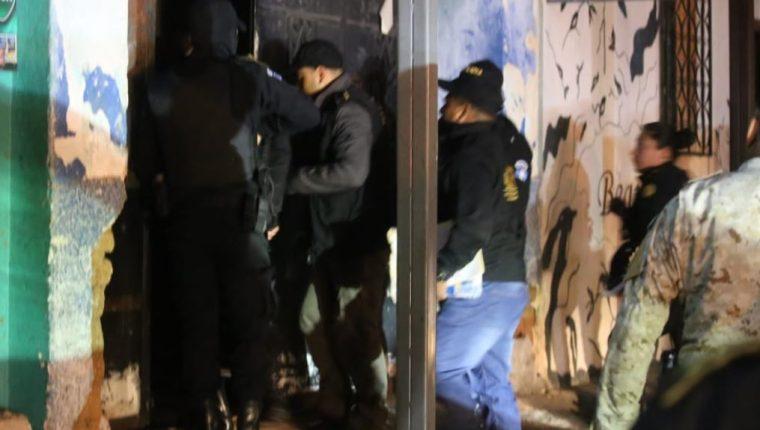 Los cateos contra las extorsiones se llevan a cabo en la capital y Quetzaltenango. (Foto Prensa Libre: PNC).