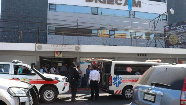 El arma se accionó cuando su dueño hacia fila para ingresar al Digecam. (Foto Prensa Libre: Bomberos Voluntarios).