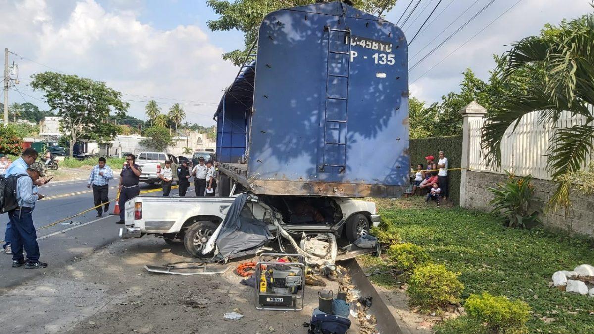 Picop se empotra en plataforma y sus dos ocupantes mueren en Cuyotenango