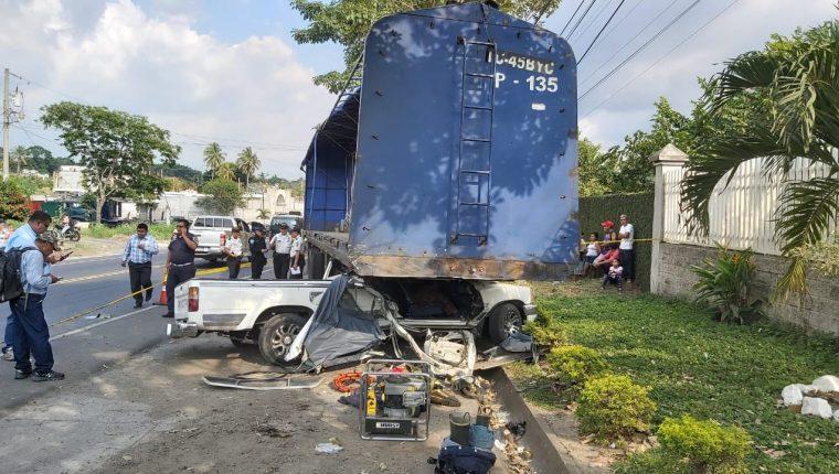 El picop quedó bajo una plataforma que estaba estacionada en el kilómetro 167.5 de la ruta al Pacifico, en Cuyotenango, Suchitepéquez. (Foto Prensa Libre: Marvin Túnchez)