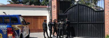 Agentes de la Policía Nacional Civil verifican las condiciones de seguridad en la embajada de Colombia en zona 14. (Foto Prensa Libre: Fernando Cabrera)