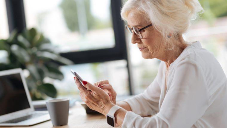 Enseñar a un adulto mayor a usar aparatos tecnológicos es una forma de hacer un mundo más incluyente. (Foto Prensa Libre: Servicios).