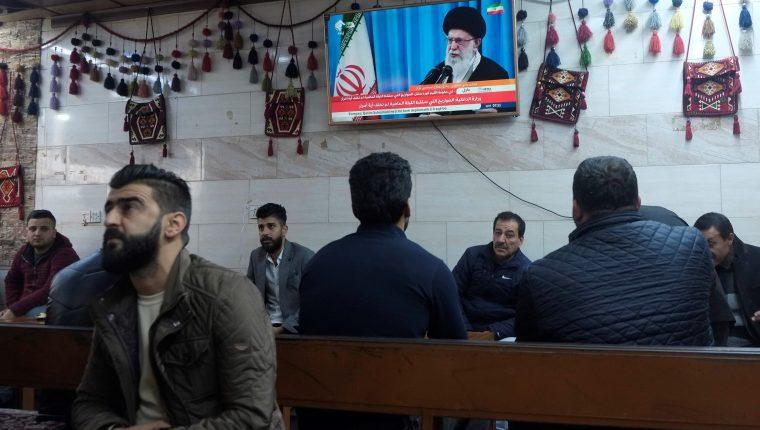 Hombres kurdos ven el discurso del líder supremo iraní, Ali Jamenei, en una cafetería de Erbil, la capital de la región del Kurdistán en el norte de Irak. (Foto Prensa Libre: EFE).