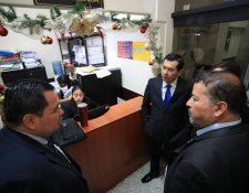 El diputado Armando Escribá -en medio- es acompañado por abogados en el Juzgado de Mayor Riesgo D, se presentó y luego fue detenido por la Policía Nacional Civil. (Foto Prensa Libre: Carlos Hernández)