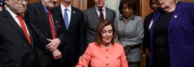Nancy Pelosi firma la acusación contra Donald Trump. (Foto Prensa Libre: EFE)