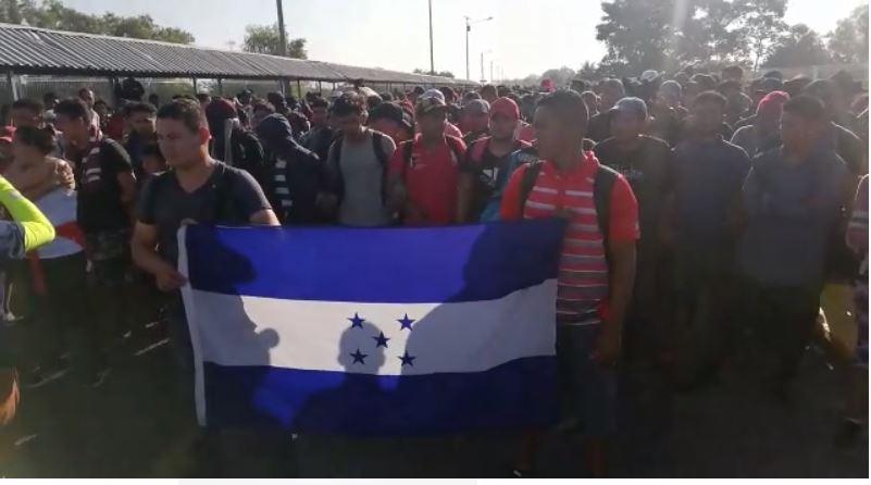 Caravana de migrantes espera en frontera con México y presionan por tener paso libre