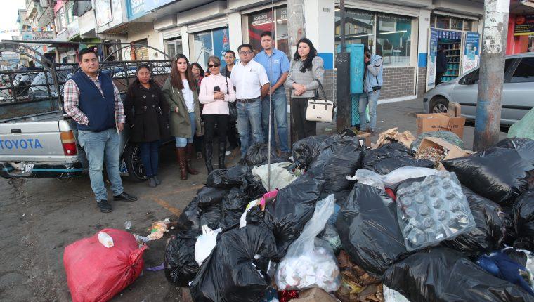 Vecinos llevarán a cabo con sus propios recursos la construcción de un jardín en el área que actualmente se ha convertido en un basurero. (Foto Prensa Libre: María Longo)