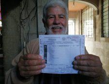 Mario Argueta, uno de los vecinos que pagó el Boleto de Ornato desde el primer día hábil del 2020. (Foto Prensa Libre: María Longo)