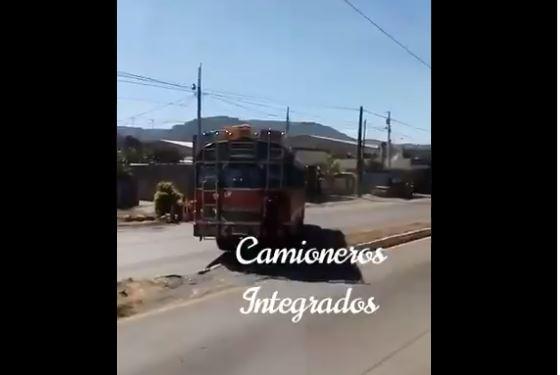 Momento en que bus circula contra la vía en la ruta al Pacífico, Amatitlán. (Foto Prensa Libre: Tomada de redes sociales).