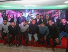 Directivos de Banrural, Municipal y parte del plantel del Club Municipal posan con los trofeos que ganaron en el 2019. Foto Prensa Libre: Norvin Mendoza