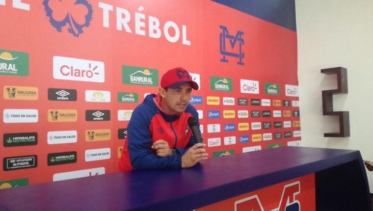 El entrenador argentino Sebastián Bini defendió a sus jugadores y asegura están muy molestos por haber perdido el Clásico 311. (Foto Prensa Libre: Luis López)
