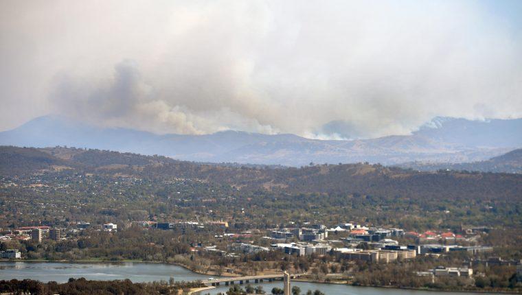 El fuego comienza a llegar a los barrios de la capital australiana. (Foto Prensa Libre: EFE)