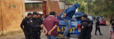 Particulares capturados cuando participaban en el robo de una vivienda en la aldea Las Anonas, San José Pinula. (Foto Prensa Libre: PNC).