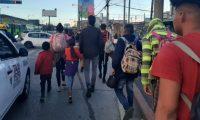 Migrantes se desplazan por la ciudad de Guatemala en su camino hacia la frontera con México. (Foto Prensa Libre: Andrea Domínguez).