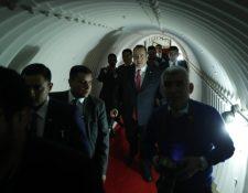 El presidente Alejandro Giammattei recorre el tunel que conecta la Casa Presidencial con el Palacio Nacional de la Cultura. (Foto Prensa Libre: Esbin García)