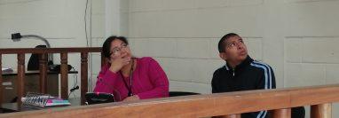 Melvin Quijivix y su abogada defensora observan las fotografías del cuerpo de la víctima mostradas por los forenses (Foto Prensa Libre: María Longo)