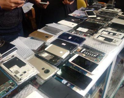 Algunos de los celulares decomisados en la Plaza El Amate. (Foto Prensa Libre: MP).