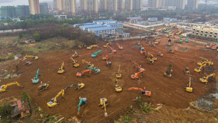 Imagen aérea muestra excavadoras en el sitio de construcción de un hospital para tratar a pacientes de un brote de virus mortal en Wuhan, en China. (Foto Prensa Libre: AFP).