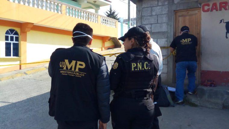 Fiscales del Ministerio Público y agentes de la Policía Nacional Civil acudieron al lugar para las investigaciones. (Foto Prensa Libre: Raúl Juárez)