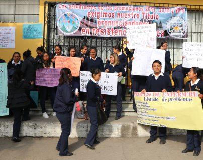 Estudiantes de enfermería afectados por no contar con título para ejercer su profesión