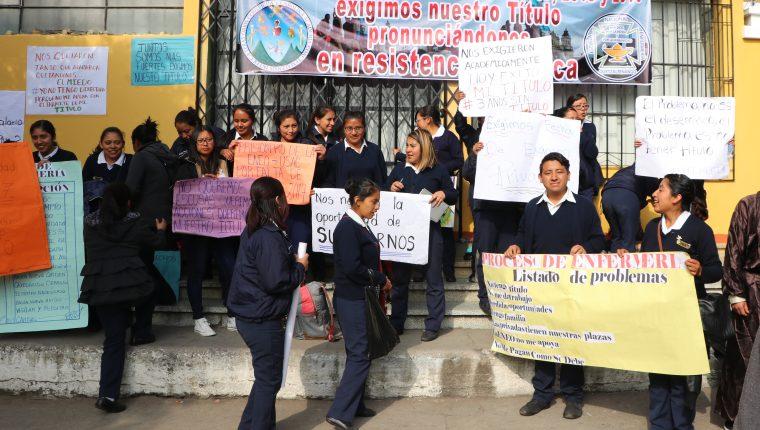 Unos 300 estudiantes se manifestaron por la molestia de no recibir el título profesional. (Foto Prensa Libre: Raúl Juárez)