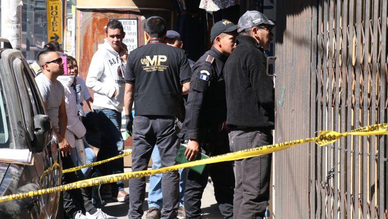 Ministerio Público y Policía Nacional Civil buscan indicios en el negocio donde se registró el robo. (Foto Prensa Libre: Raúl Juárez)
