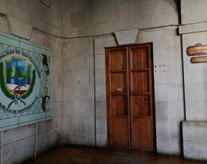 Al mediodía de este jueves el salón de sesiones de la Municipalidad de Quetzaltenango estaba cerrado porque no hubo reunión del Concejo. (Foto Prensa Libre: María Longo)