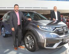 Pablo Matul, gerente comercial, y Gerardo Ralón, gerente general de Honda Guatemala, mostraron la nueva CR-V 2020. Foto Prensa Libre: Norvin Mendoza