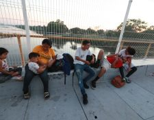 Los hondureños Elena Villalobos y Andrés García junto a sus hijos Ashley y Said, esperan ingresar a territorio mexicano. (Foto Prensa Libre: Mynor Toc)