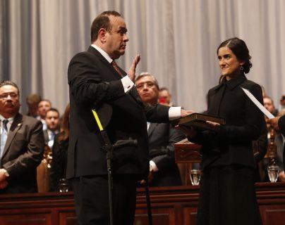 En el acto de cambio de Gobierno el presidente Giammattei juró sobre la biblia. (Foto Prensa Libre: Esbin García).