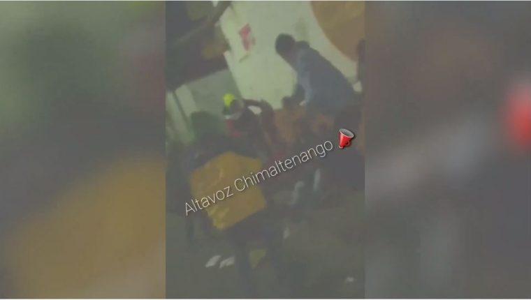 Captura de pantalla del video que circula en redes sociales, en el que se veo como un grupo de jóvenes agrede a personas sin hogar. (Foto Prensa Libre: Tomada de Facebook)