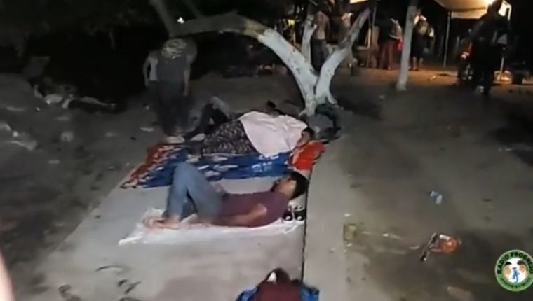 Migrantes duermen a la orilla del río Suchiate. (Foto Prensa Libre: Radio Progreso de Honduras).