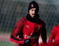 Zlatan Ibrahimovic durante el entrenamiento del AC Milán. (Foto Prensa Libre: Twitter @acmilan)