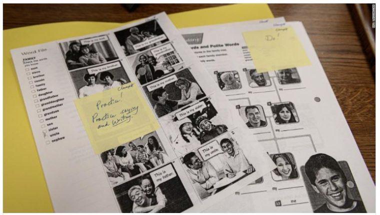 Captura de pantalla de la publicación de la CNN que muestra como la profesora de inglés Cynthia Clampitt escribió instrucciones para Mario en notas adhesivas en el paquete de tareas que le envió. (Foto Prensa Libre: Tomada de CNN)
