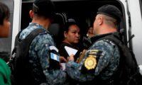 Migrantes hondureños abordan autobuses por órdenes de la Policía Nacional Civil de Guatemala, para ser regresados a su país. (Foto Prensa Libre: EFE)