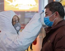 Nanjing (China), 27/01/2020.- Medical staff check the temperature of passengers at Nanjing South Railway station in Nanjing, Jiangsu Province, China, 27 January 2020. China warned that the coronavirus outbreak is accelerating further, deepening fears about an epidemic that has affected more than 2,700 people worldwide and killed 80 people in the country. EFE/EPA/SU YANG CHINA OUT