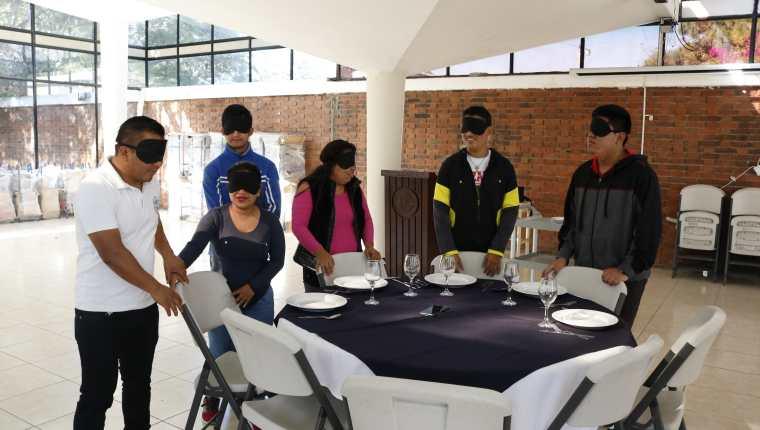 Integrantes de Pro Ciegos y Funsepa participan en una demostración de cómo es movilizarse a oscuras. (Foto Prensa Libre: Cortesía)