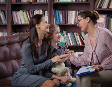 Una buena relación entre padres y maestros favorece la confianza de los estudiantes. (Foto Prensa Libre: Servicios).