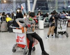 Guangzhou (China), 22/01/2020.- Passengers wear masks as they wait at Guangzhou airport in Guangzhou, Guangdong Province, China, 23 January 2020. The outbreak of coronavirus has so far claimed 17 lives and infected more than 550 others, according to media reports. Authorities in Wuhan announced on 23 January, a complete travel ban on residents of Wuhan in an effort to contain the spread of the virus. EFE/EPA/ALEX PLAVEVSKI