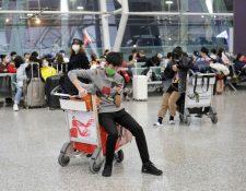 En los aeropuertos de China, varios pasajeros utilizan máscaras para prevenir contagios del  coronavirus. (Foto Prensa Libre. EFE)