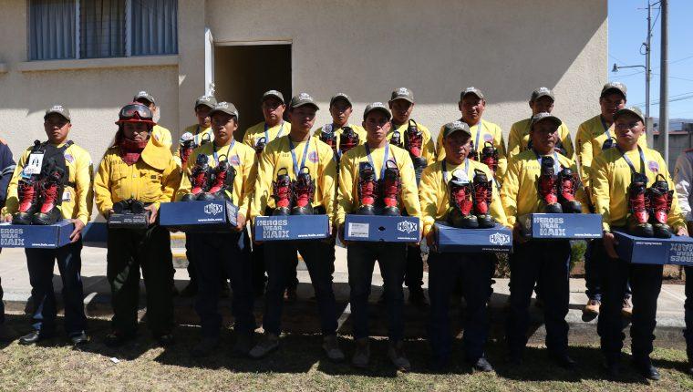 Unos 20 bomberos fueron beneficiados con materiales para su trabajo. (Foto Prensa Libre: Raúl Juárez)