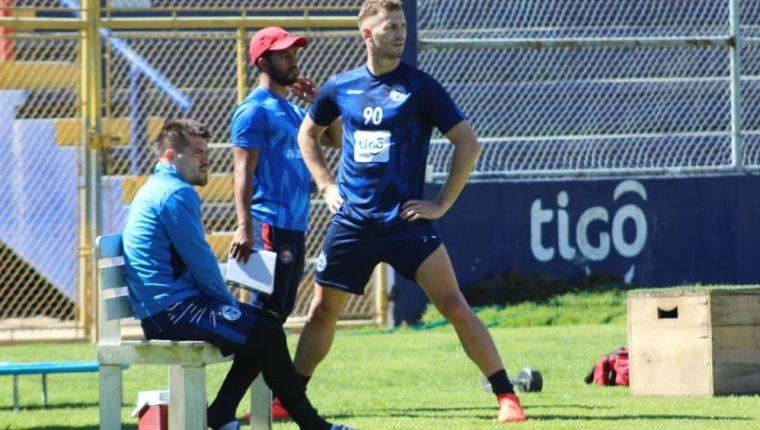 En su primer día el argentino Óscar Belinetz hizo trabajos especiales, separado de sus compañeros. (Foto Prensa Libre: Raúl Juárez)