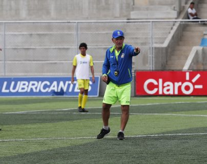 Wálter Claverí dirige el entrenamiento de Deportivo Mixco, efectuado este martes en el estadio Santo Domingo. (Foto Prensa Libre: Francisco Sánchez).