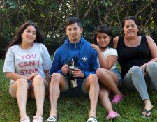 Alejandro Díaz, junto a sus hermanas Candela, Bianca y su madre Karina. (Foto Prensa Libre: Norvin Mendoza)