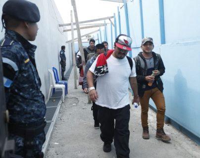 Guatemaltecos, hondureños y salvadoreños retornados desde EE. UU. arriban a la Fuerza Aérea de Guatemala. Al salir lo hacen por la avenida Hincapié. (Foto Prensa Libre: Hemeroteca PL)